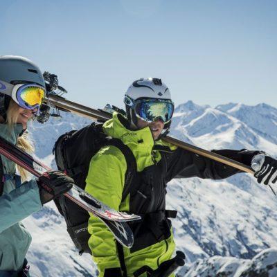 Schnallen Sie die Skier an