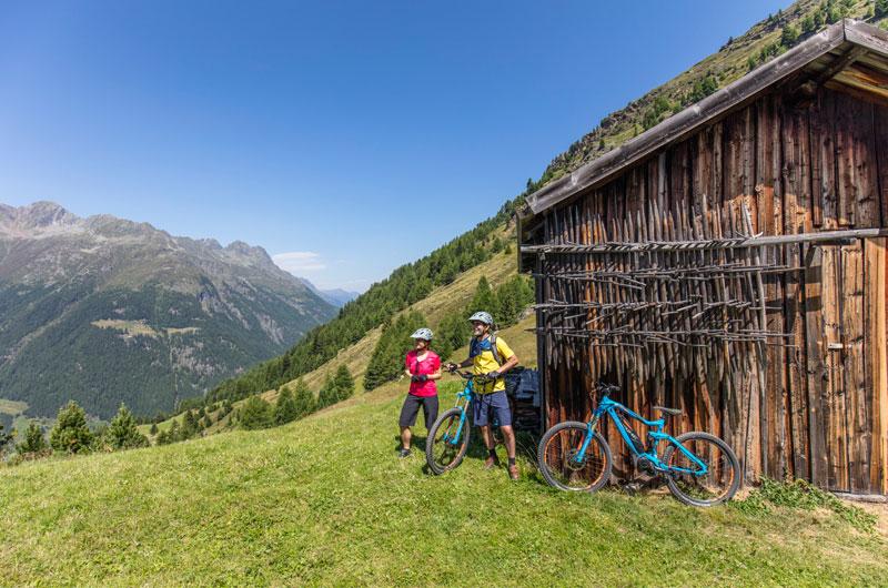 E-Mountainbiker vor Huette auf dem Berg