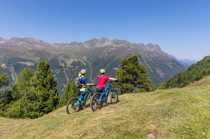 E-Biker auf dem Berg