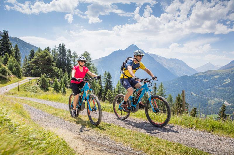 Zwei E-Biker in den Bergen